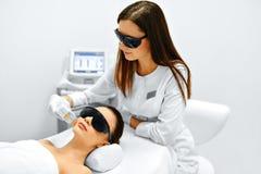 应用关心皮肤透明油漆 面孔秀丽治疗 IPL 照片脸面护理疗法 抗酸剂 免版税库存图片