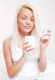 应用化妆水妇女 免版税库存照片