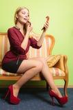 应用可爱的唇膏妇女 组成 库存照片