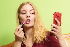 应用可爱的唇膏妇女 组成 免版税库存照片