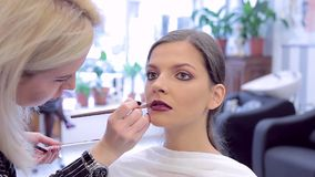 应用唇膏的化妆师于模型的构成 股票视频