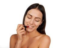 应用唇膏的妇女 库存照片