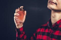 应用在他的脖子的年轻人香水 免版税库存照片