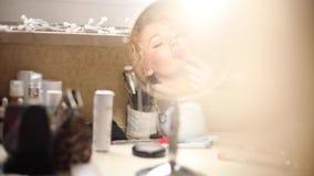 应用在充分的嘴唇的女性成人粉色口红 股票录像