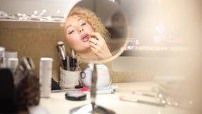 应用在充分的嘴唇的女性成人粉色口红 影视素材