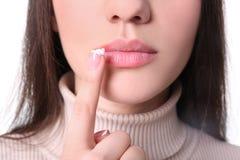 应用在嘴唇的少妇唇疱疹奶油 库存图片