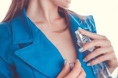 应用在她的妇女香水低颈露肩 库存图片