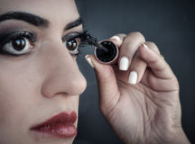 应用在她的眼睛的妇女染睫毛油 库存图片