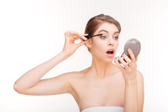 应用在她的睫毛的妇女染睫毛油 库存图片