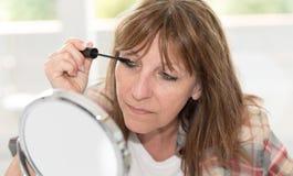应用在她的睫毛的妇女染睫毛油 库存照片