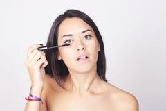 应用在她的睫毛的少妇染睫毛油 库存图片