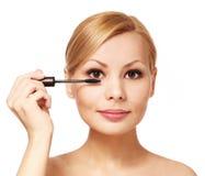 应用在她的睫毛的美丽的妇女染睫毛油,被隔绝 库存图片