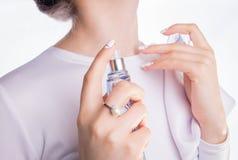 应用在她的脖子的妇女香水 免版税库存照片