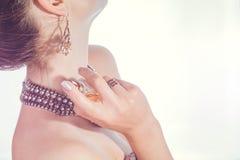 应用在她的脖子的妇女香水 免版税图库摄影