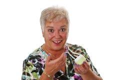 应用在她的表面的高级妇女化妆水 免版税库存图片
