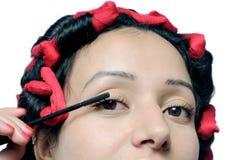 应用在她的鞭子的女孩的特写镜头染睫毛油。 库存照片