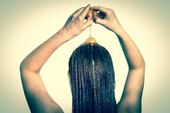 应用在她的头发的妇女蛋调节剂-减速火箭的样式 免版税库存照片
