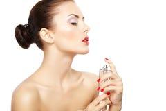 应用在她自己的少妇香水在白色backgr隔绝了 免版税库存图片