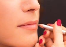 应用在妇女面孔的嘴唇产品 免版税库存图片