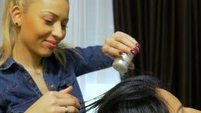 应用在客户头发的发式专家一些称呼的粉末在美容院在完成发型以后 股票录像