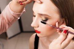应用在式样关闭的化妆师染睫毛油  免版税库存图片