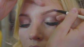 应用在式样` s面孔的年轻化妆师化妆用品 股票录像