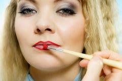应用在时装模特儿嘴唇的唇膏 免版税库存图片
