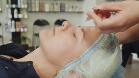 应用在皮肤的解答 化妆面孔的做法机械净化 整容术 股票视频