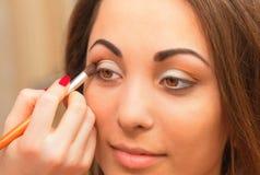 应用在眼皮的眼影膏 免版税库存图片