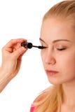 应用在睫毛的妇女黑染睫毛油,做构成 免版税库存照片