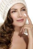 应用在面孔保护的美好的模型奶油免受冬天 免版税库存图片