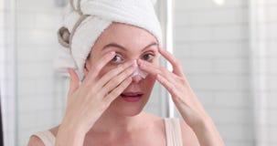 应用在面部皮肤的女孩白色鼻子补丁 股票录像