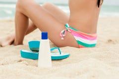 应用太阳保护化妆水的妇女 免版税库存照片