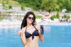 应用太阳保护奶油的美丽的微笑的妇女 免版税图库摄影