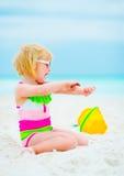 应用太阳块奶油的太阳镜的女婴 图库摄影