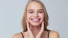 应用奶油的妇女面对,skincare概念 股票视频