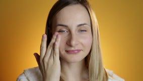 应用奶油的美丽的妇女特写镜头画象于面孔skincare概念 股票视频