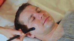 应用奶油面具 快速的射击 按摩面孔和脖子 影视素材