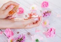 应用她的香水妇女腕子 免版税库存照片