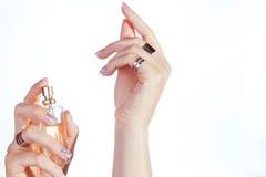 应用她的香水妇女腕子 库存图片