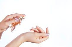 应用她的香水妇女腕子 免版税库存图片