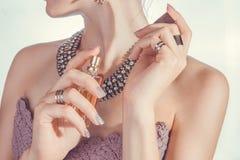 应用她的香水妇女腕子 免版税图库摄影