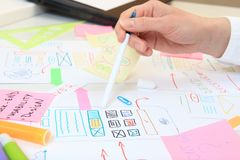 应用工作在办公室的ux设计师 应用程序设计网接口 免版税图库摄影