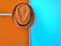 应用帽子装饰了墙壁 库存图片