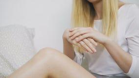 应用护手霜的年轻女人 股票视频