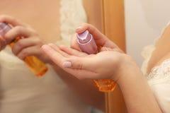 应用机油在她的身体的妇女化妆水奶油 库存照片