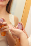 应用机油在她的身体的妇女化妆水奶油 免版税图库摄影