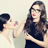 应用构成时装模特儿妇女的化妆师 免版税库存图片