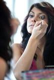 应用染睫毛油俏丽的妇女年轻人 库存照片