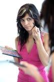应用染睫毛油俏丽的妇女年轻人 库存图片